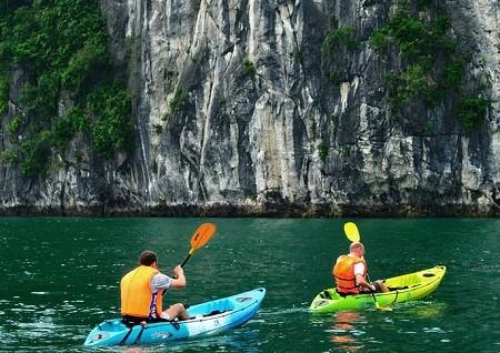 Sailing around halong bay