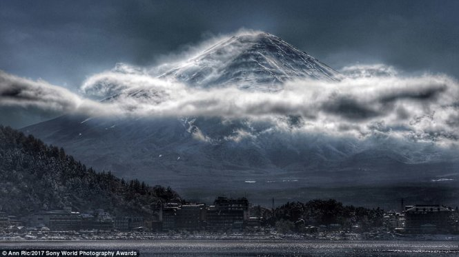 Mount Fuji in Japan with the mysterious beauty, taken by a Malaysian photographer Ann Ric.